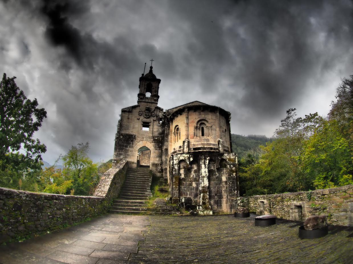 Mosteiro de Caaveiro No Parque Natural